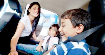 passagiers kinderen in auto
