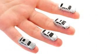 auto's op verschillende vingers - verzekeringen vergelijken