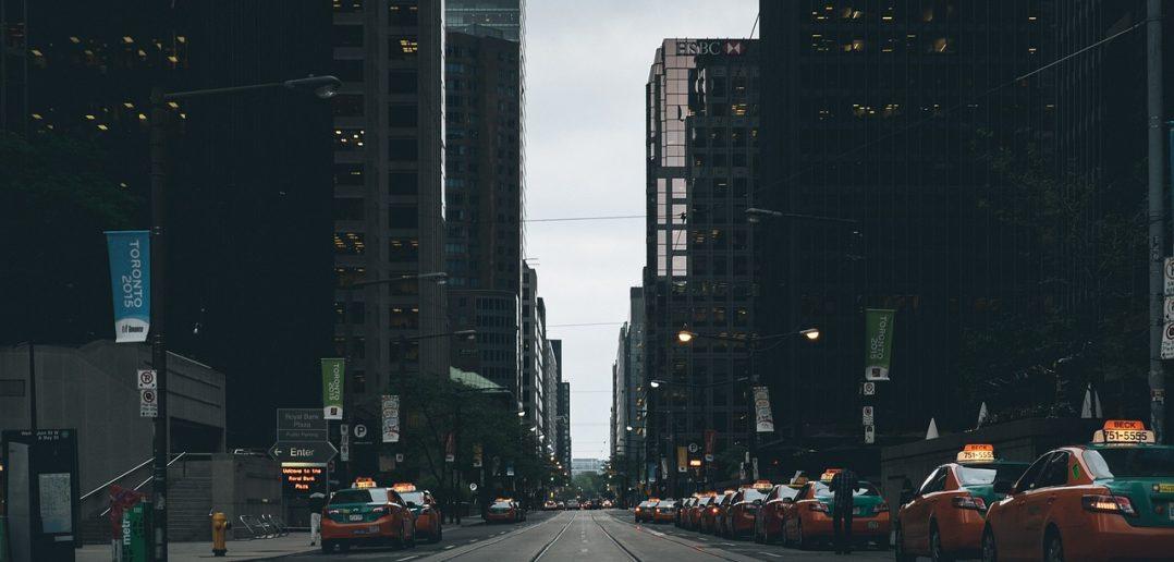 straatbeeld taxi's en Uber voertuigen
