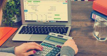 verkeersbelastingen berekenen met rekenmachine en laptop